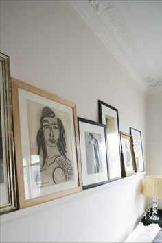 Ingenting hänger på väggarna, tavelhyllorna gör konsten flyttbar.
