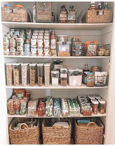 6 Tips on How to Organise Your Pantry 6 Tipps zur Organisation Ihrer Speisekammer This image has.
