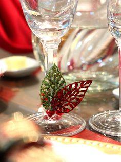 Mesa de Natal montada sobre o buffet: decoração dourada usando louças e enfeites que você tem em casa