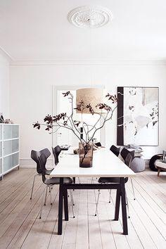 suelo de madera de roble de Kährs sillón Hans Wegner sillas eames silla Grand Prix de Arne Jacobsen panelados en las paredes muebles diseño ...