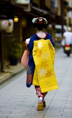 Kimono Japan - I ve always loved how with kimono you can mix-n-match crazy colors and it looks fine Japanese Geisha, Japanese Beauty, Japanese Kimono, Japanese Art, Geisha Japan, Japanese Style, Japanese Fashion, Kabuki Costume, Kimono Japan