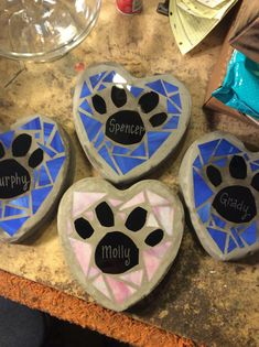 Stained Glass Garden Concrete Outdoor Heart Stepping Stone Dog Paw Or Dog Bone with Pets Name Etched and Mosaics - My list of the most creative garden decorations Mosaic Garden Art, Mosaic Flower Pots, Mosaic Diy, Mosaic Crafts, Mosaic Projects, Mosaic Ideas, Blue Mosaic, Tile Crafts, Mosaic Rocks
