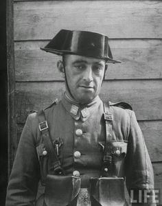Retrato de un Guardia Civil. Año 1949. Public Security, Police Uniforms, Law Enforcement, Riding Helmets, Captain Hat, Spanish, Military, War, History