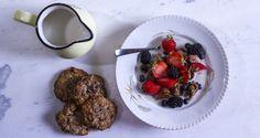 Oatmeal cookies by Greek chef Akis Petretzikis! Make the healthiest, dairy free and sugar free oatmeal cookies with oatmeal, tahini, honey, walnuts and cinnamon Greek Desserts, Greek Recipes, Healthy Desserts, Sugar Free Oatmeal, Healthy Oatmeal Cookies, Snack Recipes, Dessert Recipes, Cooking Recipes, Tahini