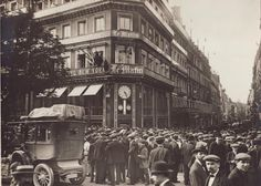 """1914. Crowd in front of the headquarters of the newspaper """"Le Matin"""", boulevard Poissonnière."""