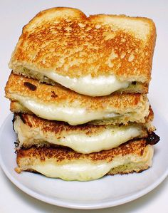 チーズって美味しいですよね。そして、一口に「チーズ」といっても、とても奥が深い。種類も食べ方もたくさんあります。 そんな中から今日紹介するのは「グリルドチーズ」。知らない、という方も、比較的簡単に食卓へ取り入れられますから、ぜひチェックしてみてください!