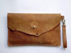 Un tutoriel simple pour réaliser sa propre pochette en cuir !                                                                                                                                                                                 Plus