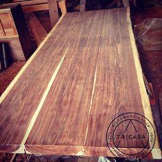 Cubierta para comedor de 2.00 m x 1.10 m fabricada en troza de madera de chechem. #tricasa #woodworkgroup #excelenciaencarpinteria #tumejoropcion