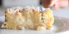 Réalisez ce dessert à la noix de coco en quelques minutes seulement ! - Desserts - Ma Fourchette Food Cakes, Cupcake Cakes, Cupcakes, Cupcake Frosting, Cake Recipes, Dessert Recipes, Snacks Recipes, Coconut Recipes, Coconut Desserts