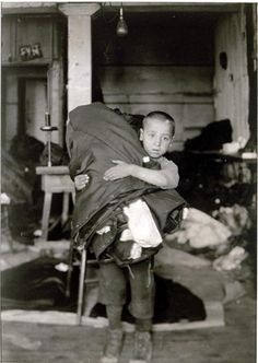 Lewis Hine, photographer 'Boy carrying homework from New York sweatshop', 1912.