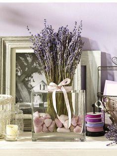 getrockneter Lavendel (vom Floristen; ca. 2 Euro das Bund)GummibandGlashafen (z. B. vom Depot; ca. 7 Euro)farbige Steine (z. B. vom Depot;