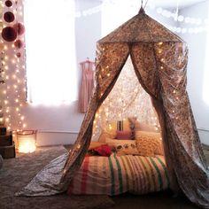 電飾プラス天蓋付きベットルームは、包まれているような空間を作り出すので、安らいだ気持ちになれますね!