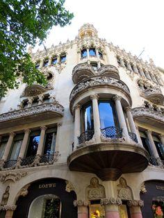 WANDERLUST: Barcelona: podziwiając architekturę dzielnicy Gràcia Barcelona, Wanderlust, Serif, Barcelona Spain