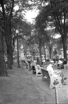 Le Square Dominion, en 1951. Archives de la Ville de Montréal, VM94-Z405-3 Quebec Montreal, Montreal Ville, Quebec City, Photos Du, Old Photos, Photo Vintage, O Canada, Belle Villa, 10 Picture