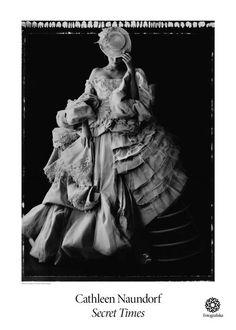 """Storlek: 50×70 cm Posternummer: 3742 Cathleen Naundorf är ett namn som inom modefotografi kommer att existera för alltid. Hon estetiskt medvetet skapar polaroid-bilder samt svartvita bilder, allt med syfte att imponera och skapa beundran. I samband med hennes utställning""""Secret Times""""skapades sex stycken affischer. Statue, Movie Posters, Painting, Polaroid Pictures, Velvet, Film Poster, Painting Art, Paintings"""