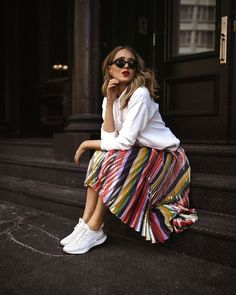 Saia plissada: 14 novas idéias sobre o que vestir plissada em 2019 - Я бы хотела. Pleated Skirt Outfit, Stripe Skirt, Skirt Outfits, Chic Outfits, Pleated Skirts, Nyc Fashion, Womens Fashion, White Hooded Sweatshirt, Skirt And Sneakers