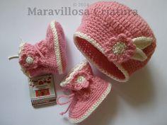 Botas de bebé y gorro de bebé con flores de perlas de Maravillosa Criatura por DaWanda.com
