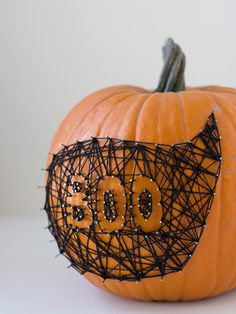 It's time to take your Halloween decorating to the next level with these easy painted pumpkins. We'll prove to you that no-carve pumpkins are the way to go (beyond the fact that they last longer than jack-o'-lanterns! Holidays Halloween, Fall Halloween, Halloween Crafts, Halloween Decorations, Fall Decorations, Halloween Ideas, Halloween Sweets, Haunted Halloween, Halloween Party