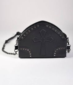 Lay your terrifying trinkets to rest, dames! An all black le