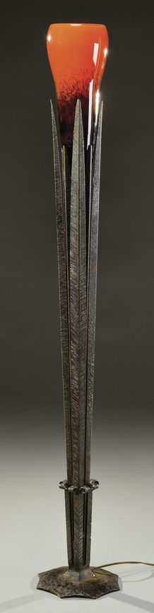 """ROBJ & SCHNEIDER black patina hammered floor lamp representing palms and standing on a coiling base. The higher part holds a thick mottled glass reflector. Signed on the base """"Robj"""" and for the glass """"Schneider"""". Circa 1925. H : 49 ½ in"""