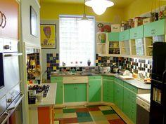 Vintage kitchen Note the under cupboard lighting 60s Kitchen, White Kitchen Cupboards, Vintage Kitchen, Kitchen Dining, Kitchen Decor, Kitchen Stuff, Retro Vintage, Under Cupboard Lighting, Casa Retro