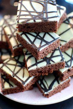 Gullans kaka i långpanna Baking Recipes, Cookie Recipes, Dessert Recipes, Chocolat Cake, Grandma Cookies, Delicious Desserts, Yummy Food, Chocolate Sweets, Swedish Recipes