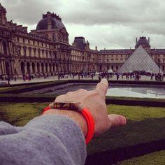 Este tour por Europa no para... hoy!...Place du Louvre en Paris, como siempre, bien acompañados de nuestra pulsera FREEWAY.  seguinos en este viaje a través de nuestra web:  www.nuezmoscada.es  o mediante nuestras redes sociales:  https://www.facebook.com/nuezmoscadacomplementos  http://instagram.com/nuezmoscadaspain