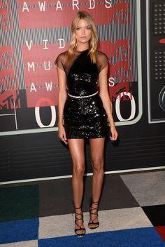 De los MTV VMAs 2015: Martha Hunt. Con un minivestido de lentejuelas negro de George Chakra Alta Costura