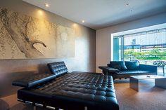 すっきりとシンプルな室内は、カッシーナのソファやデイベッドと江戸時代の屏風が共存する寛ぎの空間。鴨川に面した部屋からは、大文字山(だいもんじやま)の送り火も見える