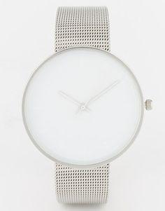 Große, schlichte Armbanduhren sind zurzeit eine der schönsten Möglichkeiten, unser Handgelenk zu schmücken. Diese minimalistische Modell in Silber sieht edel aus, kostet  - psst! - aber nur gut 30 Euro. Armbanduhr von Asos.  http://www.brigitte.de/mode/trends/modetrends-herbst-1103780/6.html