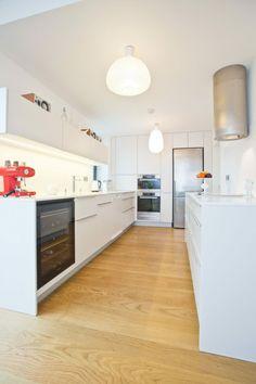 Fassaden Gestaltung - Minimalistische Küche in Weiß