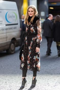 Olivia Palermo just showed us how to wear fall florals with these cool girl–approved outfits. See how she's mastering the print.