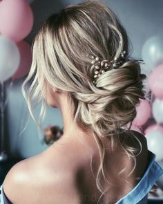 Beautiful updo Hairstyles For A Romantic Bride Beautiful messy braids and updo Hochzeitsfrisuren Braids With Curls, Messy Braids, Messy Buns, Wedding Hair Pins, Wedding Hair And Makeup, Messy Wedding Updo, Bridal Updo, Pearl Bridal, Wedding Gowns