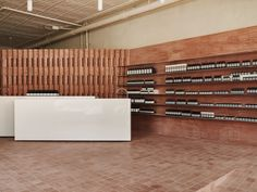 Mexican architect Frida Escobedo sourced rammed earth from her home country to form the rosy bricks that form walls in this Aesop store in Brooklyn. Brooklyn, Architectural Digest, Tienda Aesop, Aesop Store, Townhouse Designs, Glass Brick, Mexican Crafts, Brick Facade, Rammed Earth
