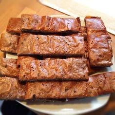 Sehr leckere selfmade Eiweißriegel mit Magerquark, Proteinpulver, Haferflocken und Erdnussbutter. Rezept unter dem Link!