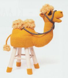 Haakpatroon Kameel kruk Goldie Stool Covers, Casket, Mellow Yellow, Kids Toys, Crochet Hats, Knitting, Creative, Animals, Babies