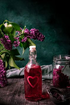 This is an easy and delicious recipe for a homemade lilac simple syrup. It's perfect for drinks, lemonades or for flavouring baked goods. Unique Recipes, Real Food Recipes, Yummy Food, Lilac Flowers, Edible Flowers, Lilac Blossom, Drinks Alcohol Recipes, Recipes From Heaven, Spring Recipes
