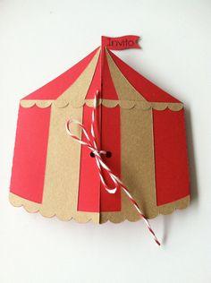 Linvito e stato ritagliato a forma di tenda da circo usando due cartoncini di diverso colore (rosso e kraft). La tenda e chiusa da uno spago