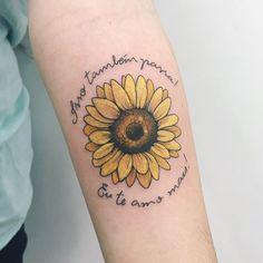 """Tatuagem feita por Samantha Sam de São Paulo.    """"Isso também passa! Eu te amo mais"""". Escrita delicada com flor amarela."""