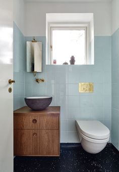Söt ljusblå gästtoalett utanför Odense | Badrumsdrömmar