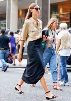 A saia midi e camisa ficam despojadas com a sandália rasteira.