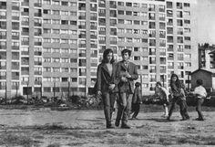 1960 Sortie du film Terrain vague de Marcel Carné dont l'histoire se déroule dans une ZUP de la banlieue sud de Paris, alors en pleine phase de déconstruction-reconstruction : les immeubles modernes disputent le territoire à des lambeaux de quartiers anciens, de masures, de ruines et de terrains vagues ; où se retrouvent les bandes d'adolescents, les voyous, et autres blousons Noirs. Laboratoire Urbanisme Insurrectionnel: 1944-2014 | 70 années d'HABITAT Public en France