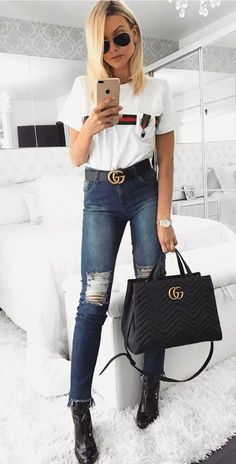 Musa do estilo: Bianca Petry; T-shirt branca gucci, cinto gucci, calça jeans desfiada, ankle boot de bico fino
