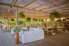 Lounge de sofás brancos integrado no salão... lindo e confortável! By AMORE