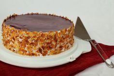 """Diese vegane Himbeer-Sahnetorte habe ich für einen Geburtstag gebacken. Man kann natürlich auch andere Zutaten anstatt der Himbeermarmelade nehmen. Die Torte ist wegen der letzten Schicht (Tortenguss klar mit Himbeersaft) obendrauf etwas aufwändiger, aber man kann diese Schicht auch weglassen. Die Torte besteht aus 3 Böden, die Füllung aus """"Sahne"""", Marmelade und Vanillepudding. Für eine …"""