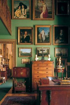 Old world green interior Classic Interior, Home Interior Design, Interior And Exterior, Interior Decorating, Decorating Tips, Home Remodel Costs, English Country Decor, Green Rooms, Green Walls