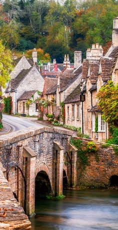 The Prettiest Village In England - Travel Daisy castle Combe in Cotswolds, England Vacation Places, Places To Travel, Places To See, Places Around The World, Travel Around The World, Around The Worlds, Cotswold Villages, Sites Touristiques, Belle Villa