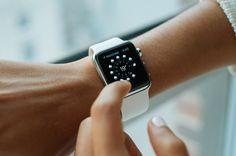Jak si vybrat řemínky na Apple Watch? #apple #applewatch #hodinky #luxury #design #appleking #womanandstylecz Smartwatch, Apple Watch Series, Apple Watch Bands, Marathon, Sport Armband, Smartphone, Beats Solo, Iphone 7, Operating System