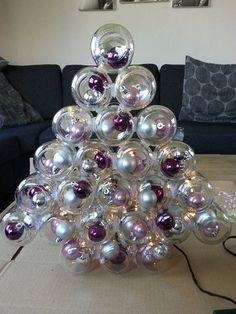 Glazen potjes kerstboom. Onderzijde naar voren. Achterzijde dekseltje met een gaatje erin voor een lampje van lichtsnoer. Verlijmd met bison of glaslijm.