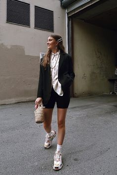 Outfit Balenciaga Triple S Femme Sneakers Outfit Summer, Sneakers Fashion Outfits, Mode Outfits, Short Outfits, Spring Outfits, Casual Outfits, Spring Shorts, Winter Outfits, Casual Shorts
